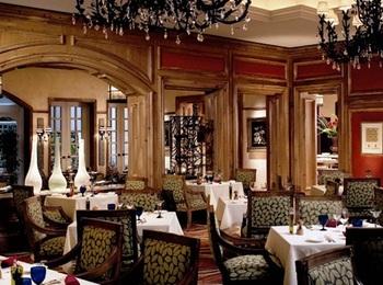 【Splendido】(スプレンディード)は「ザ・リッツ・カールトン大阪」の1階にあるイタリアンレストラン。高級感あふれる雰囲気の店内で、日常を離れたリッチな気分を味わえます。