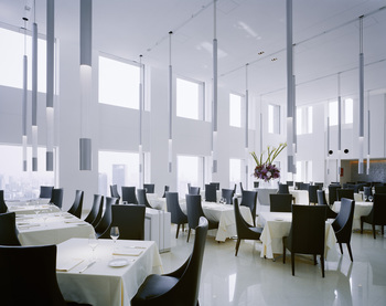 シェフの山根大助氏が手がけるレストランの一つ【MODE DI PONTE VECCIO】(モード ディ ポンテベッキオ)。明治安田生命大阪梅田ビルの30階にあり、220坪を超える広さがあります。ブライダルにも利用できる素敵な空間です。