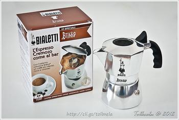 強い圧力をかけて、コーヒーを抽出するエスプレッソ式。  大掛かりなマシンがないとできないかと思いきや、家庭でもできる器具があります。写真はイタリアのビアレッティ社のエスプレッソマシーン。コンロの火で水を沸騰させて、じっくりとコーヒーを抽出します。お店のエスプレッソよりは薄めに仕上がりますが、飲みやすいのが魅力かもしれません。