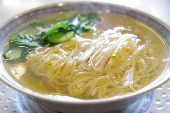 麺類の出汁は、魚介、野菜ベースです。 オーナーの厳しいこだわりで、毎日せっせと作り出されています。