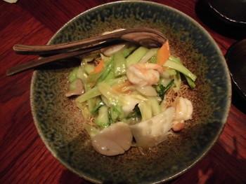海鮮あんかけ焼きそばは、ぷりぷりのエビやイカ、ホタテがごろんと入って食べ応え抜群!
