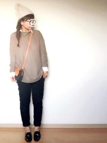 タッセルローファーとパンツのコーディネートにはシャツがぴったり。襟や袖をちらっと見せるのがポイントです。パンツの色とローファーの色を合わせることで、すっきりとまとまります。