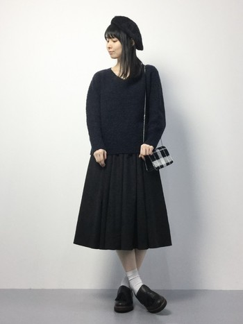Aラインのスカートに白ソックス、タッセルローファーは王道の組み合わせ。ガーリーになりすぎないようにするコツは、全身を黒でまとめることです。真っ黒になりすぎないように、バッグだけは柄物にしてみて。