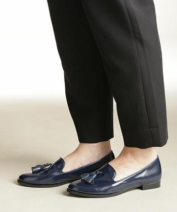 定番のブラックとは違う色が欲しいなら、ネイビーがおすすめです。足元がクールな印象になるので、パンツスタイルに特におすすめです。