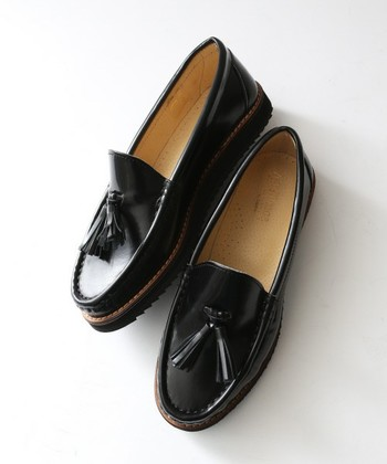 定番のブラックは、どんなコーディネートにも合わせやすいカラーです。カジュアルなファッションに合わせると、きちんと感がプラスされるので、大人の女性にぴったりです。