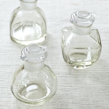 丸型・八角、四角の三種類があり、どれもぽってりとしたガラスの雰囲気が可愛らしいですね。 ちょっとしたギフトにも嬉しい醤油差しです。