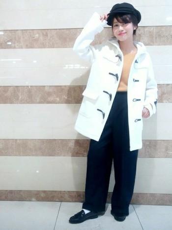 ダッフルコートにもタッセルローファーはぴったりです。白のダッフルは可愛らしさが強いので、パンツとローファーは黒ですっきりとまとめるのがおすすめです。