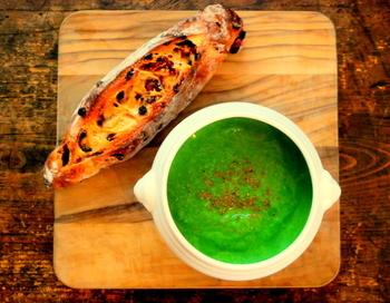 ニラだってメインになれちゃうんです。綺麗なグリーンで食卓を彩りましょう! こんがり焼いたバゲットを添えてオシャレな1品に♪