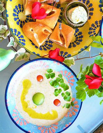 ホワイトソースでクリーミー♪ブレンダーを使えば包丁要らずでできちゃいます! オリーブオイルをかけるとお野菜の栄養が効率佳く摂取できますよ。 笑顔になれちゃう「あるもの野菜ポタージュ」です。