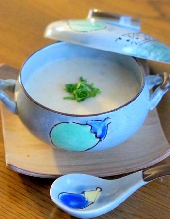 お財布の味方、もやしがたっぷり入ったポタージュスープ。柔らかくなるまでしっかり煮込むのがコツです。ちょっとめずらしくて食べてみたくなりませんか?