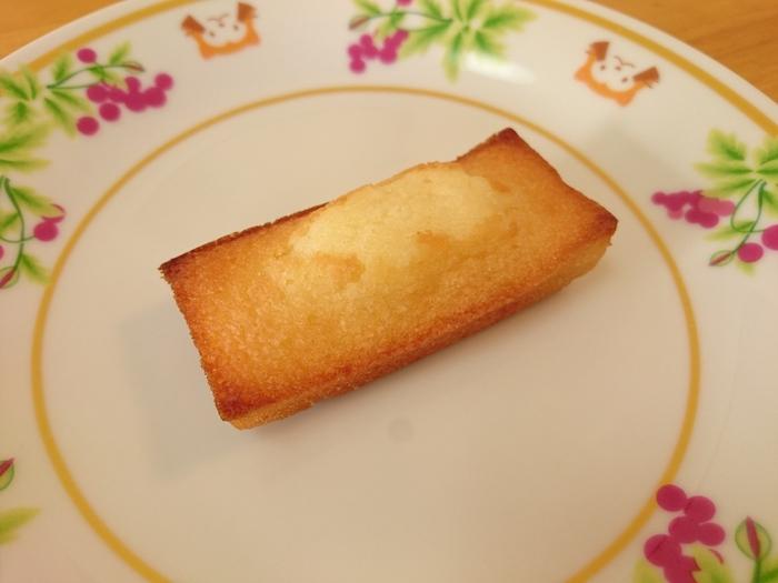 アンリ・シャルパンティエのフィナンシェは、封を開けると濃厚な発酵バターとアーモンドの香りが広がります。表面は香ばしくカリッとしており、中はしっとりとしていています。かみしめるたびに発酵バターとアーモンドの香りがひろがります。まさに至福のひと時を過ごせる逸品です。