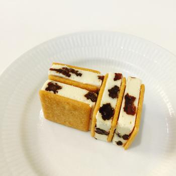 マルセイアイスサンドは、アイスクリームにホワイトチョコとレーズンを加え、サクサクのビスケットにサンドされた一口サイズのアイスです。