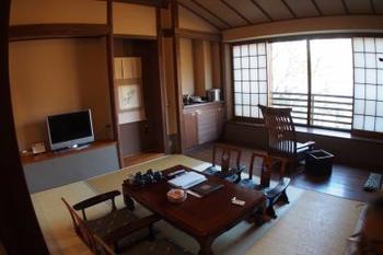 昔ながらの古民家のような雰囲気のお部屋で、ゆったりと里山の自然を感じることが出来ます。