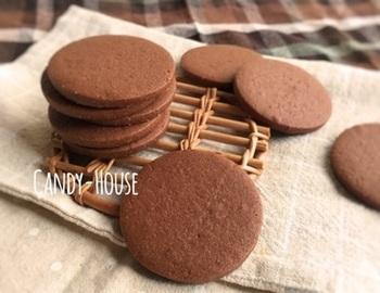 キメが細かく、アイシングが描きやすいクッキーです。通常よりもしっかりめに焼いて、ココアの風味を引き出します。