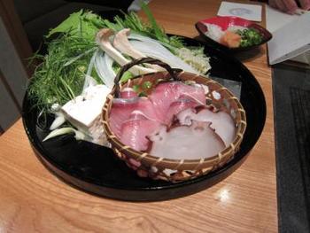 お料理は、「伊豆近海の幸のしゃぶしゃぶ」か「国産牛や旬の野菜を溶岩焼きで楽しめる会席料理」が選べます。どちらにしようか、悩んでしまいますね。