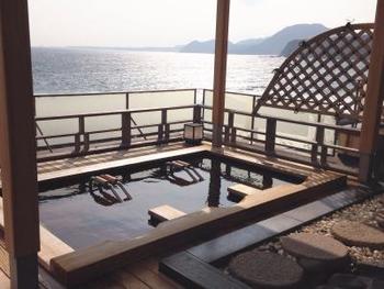 「稲取東海ホテル 湯苑」の温泉は、目の前に水平線が広がる大パノラマの景色が最大の魅力です。大浴場、貸切温泉合わせてなんと16種類!バラエティーに富んだお風呂で、より楽しませてくれます。