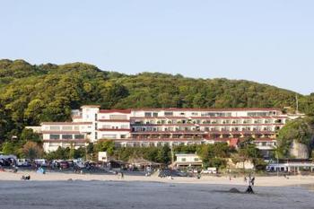 真っ白な砂浜の「多々戸浜海水浴場」の目の前に立つのが「下田大和館」です。海が一望できる景観は、ため息ものですよ。