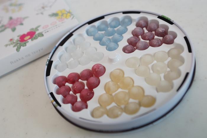 ワイン(赤紫色)ブランデー(黄色)梅酒(クリーム色)ペパーミント(青色)コアントロー(白色)ハスカップ(ピンク色)の6種類。宝石みたい♪