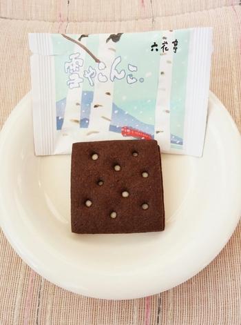 ブラックココアのビスケットの表面の模様は、冬の空から舞い降りる雪を表しています。ホワイトチョコレートをサンド。ビターなビスケットとホワイトチョコがとても良く合います。甘さ控えめなので大人でもサクサク食べられます。