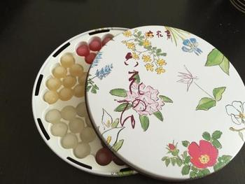 かわいいお花の絵が描かれた14㎝×14㎝の缶に入ったキレイな6色のボンボンキャンディ「六花のつゆ」。口に入れひと噛みすると、じゅわっとお酒が出てきます。7㎝×7㎝の小ぶりなミニ缶もありますよ。