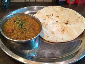 """インド料理のような食器でシンプルに出てくる""""モーニングカレー""""。 チャパティとチャイ付のカレーが390円なんて、お得すぎます。"""