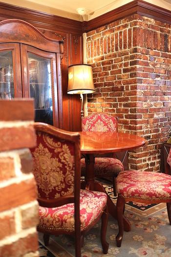 店内もレンガの壁を生かしたアンティーク調でロマンティックな雰囲気。
