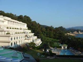 リゾートホテルの快適さと、旅館の心地よさをテーマに三世代で楽しめる旅を提案している「ニュー銀水」。リゾート感もいっぱいです。