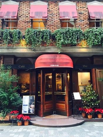 銀座5丁目にあるトリコロール本店は、昭和11年の創業。レンガで造られたレトロな雰囲気が素敵な現在の建物は、昭和51年に建てられたものです。ホテルのような回転ドアを押して、さあ中へ。