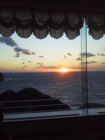 日本一綺麗と言われる、西伊豆堂ヶ島に沈む夕陽。「ニュー銀水」では、ロビーから沈む夕陽を見ながらワインを堪能できる「サンセットワインサービス」もあります♪