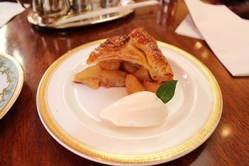 アップルパイもこのお店の人気メニュー。りんごの皮を剥くところから全て店内で行っている手作りの味。サクサクのパイ生地との甘酸っぱいりんごのハーモニーを美味しいコーヒーとともに。