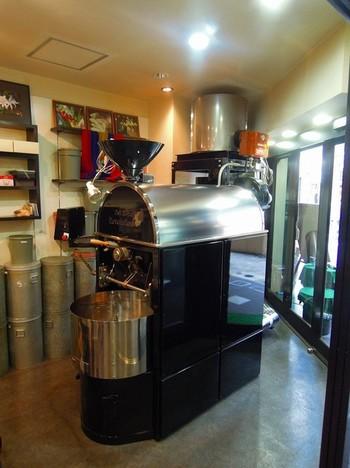 店内には大きな焙煎機が鎮座しています。