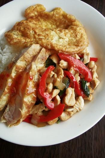ひき肉を使わず、代わりに鶏のむね肉をあらくみじんぎりして入れるレシピもあります。鶏肉の食感を楽しみたい方におすすめです。
