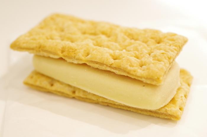 販売店舗は、六花亭の帯広本店、西三条店、そして、とかち帯広空港店のみのこちらも限定商品。ラズベリーチーズクリームとホワイト生チョコレートがサンドされています。六花亭のパイはとにかくサックサク!