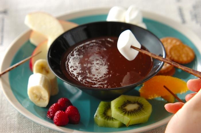 ■いろいろフルーツの簡単チョコレートフォンデュ カットしたフルーツやマシュマロ、クッキーなど、思い思いの素材を溶かしたチョコにくぐらせて。チョコにラム酒を加えれば大人味に。