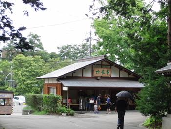 北海道神宮の境内にある、「六花亭神宮茶屋店」。参拝後、休憩に訪れほっと一息つく人も多いようです。