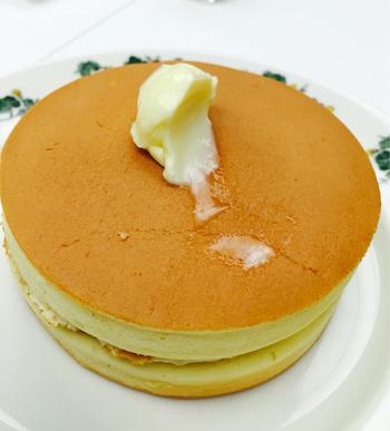 こちらも六花亭喫茶室で人気の「ホットケーキ」。 前社長の小田さんが実はひそかにこだわりぬいて作ったのがこの「ホットケーキ」。ムラのない焼き色とふんわりしっとりとした食感がたまらない逸品です。 裏表にたっぷりとバターとメープルシロップをかけて頂きます。ほかにも喫茶室ではパフェやスイーツ、軽食が楽しめます。
