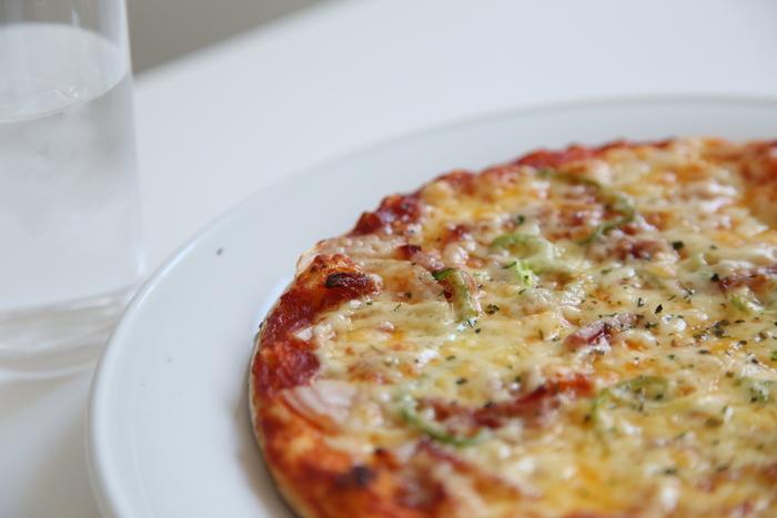 お菓子ではありませんが、六花亭喫茶室の人気メニューといえば、アツアツの「ピザ」。六花亭でピザ?と不思議に思うかもしれませんが、定番ピザも季節のピザも地元民が自信を持っておすすめできる美味しさです。大きなハサミでチョキチョキと切り分けて食べるのが特徴。
