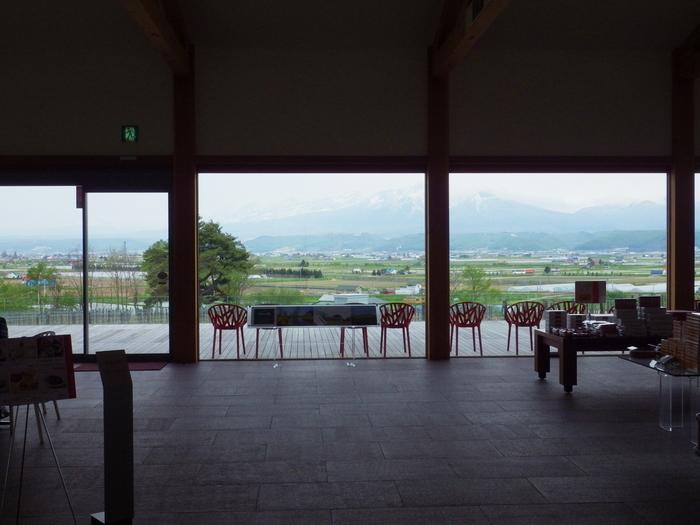 富良野の美しい大地を見ながら六花亭の味を楽しめるカンパーナ六花亭の喫茶室。富良野に来たなら是非足を運びたいスポットです。