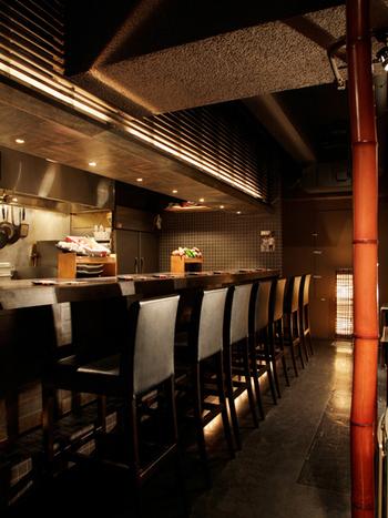 京都一番の繁華街、河原町から徒歩1分。オープンキッチンが開放的な居酒屋さん。カップルやグループで賑わうお店ですが臆さずにカウンター席へ。元気で愛想の良いイケメン店員さん達が気持ちよくお出迎えしてくれます!