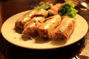 ひき肉やキクラゲ、カニ肉、春雨などを米で作った皮に包み、カリッと揚げた料理。中華料理の春巻きよりも小ぶりです。
