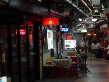 異国情緒漂う浅草駅の地下街に佇む小さなお店、オーセンティック。以前は高円寺で営業していたお店ですが、2011年3月に現在の店舗に移転。カウンター7席ですが、予約状況によっては店外にテーブル席が設置されることも。屋台のような、ちょっとディープな雰囲気を楽しめます。