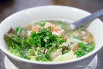 鶏肉のフォー。透き通ったスープはあっさりなのに、口に入れると深いコクが広がります。