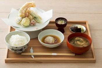 魚介と野菜の揚げ物膳は1,880円(税別)。1,780円の一汁三菜膳もありますよ!