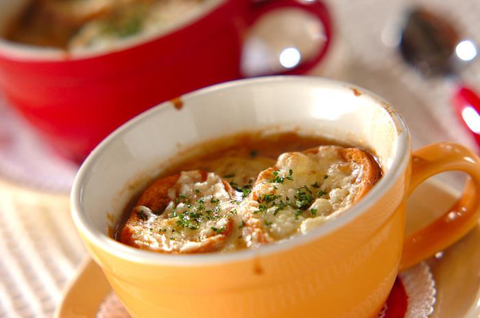 飴色玉ねぎを使ったメニューといえば、やっぱりコレは外せません♪スープがしみしみのバゲットと、トロ~リチーズがクセになる、ボリューム満点の食べるスープです。