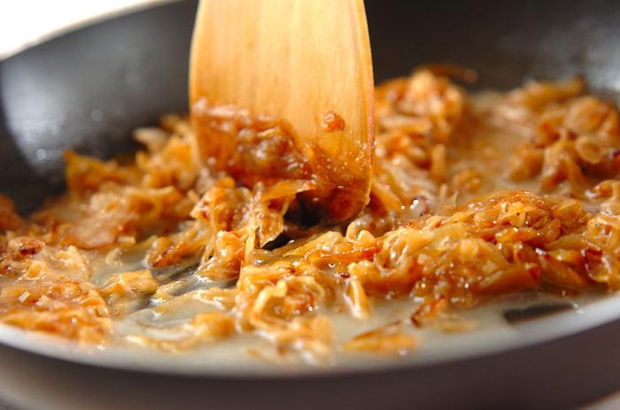 料理に旨みやコクをもたらす飴色玉ねぎは「西洋のかつおぶし」と呼ばれるほど、洋食界で重宝されている素材です。常備しておけば、料理のレベルがグンとアップしますよ。