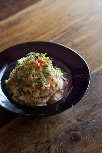 サワークリームやバルサミコ酢を加えたポテトサラダは、お酒が進む大人の味わい。紫玉ねぎも入れて彩り豊かに。