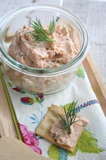 スモークサーモンと木綿豆腐で作る、口当たりなめらかなパテ。サーモンのきれいなピンクがポイントです。クラッカーやバゲットに塗って召し上がれ。