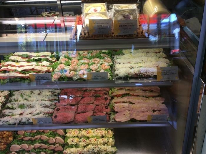 パン、具材、ソースをそれぞれ好きなものを選んで、サンドしてもらいます。