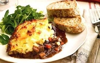 イギリスパブランチの定番ミートパイ「シェパーズ・パイ(shepherd's pie)」。フィッシュ・パイと同じくパイ生地を使用しませんが、パイと呼ばれる伝統料理の一つ。羊肉のマトンやラムを使ったソースの上をマッシュポテトで覆って焼くオーブン料理です。