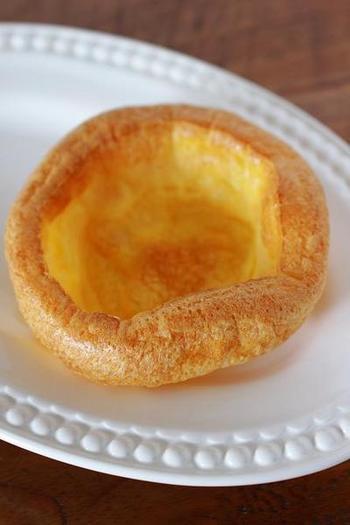 サンデーローストの付け合わせに使われる「ヨークシャー・プディング」。プディングとは言え、日本のプリンの様なものとは全く異なり、シュークリームの皮の様な、柔らかくサクサクとした食感。